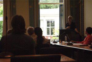 De eerste spreker is Birgit Mara Kaiser. Ze schreef een theoretische inleiding over de uitdagingen die wereldliteratuur oplevert.